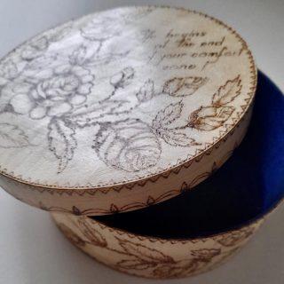 Cutie rotunda pirogravata manual cu design floral si mesaj motivational